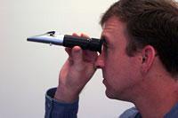 рефрактометр в направлении естественного дневного освещения